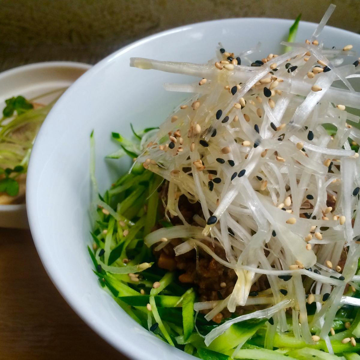 白髪葱と肉味噌のジャージャー丼