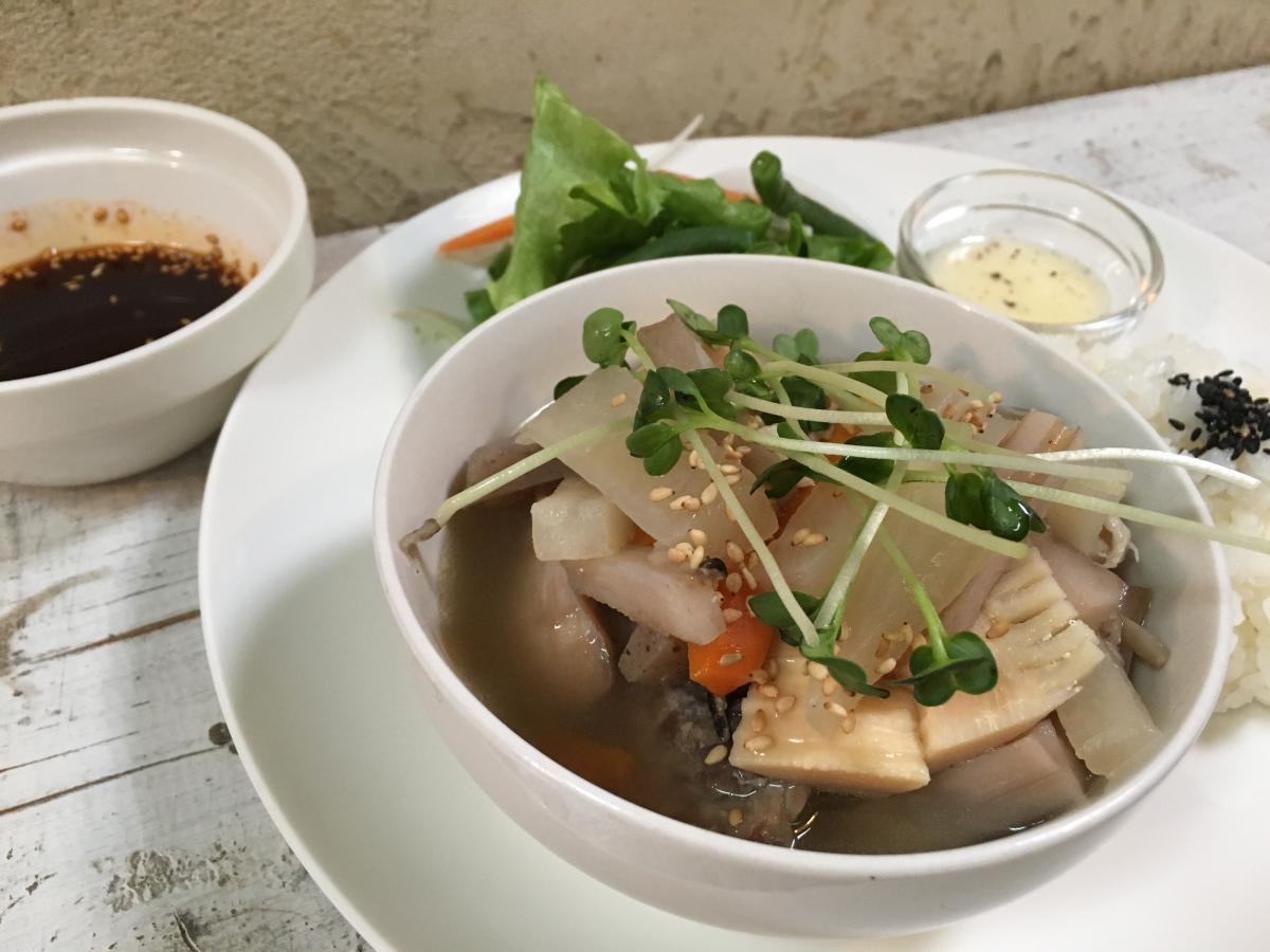 鶏もも肉と根菜のあっさりスープ煮のプレート